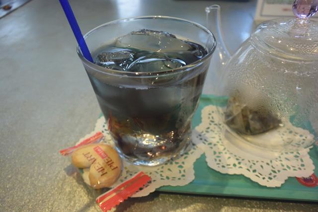コップに移すと氷によって急激に冷やされ、鮮やかな青色がグラスを満たす。