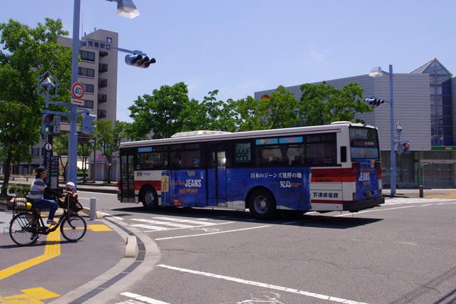 シートやカーテンにジーンズ生地を使ったジーンズバスが児島の町を走る。