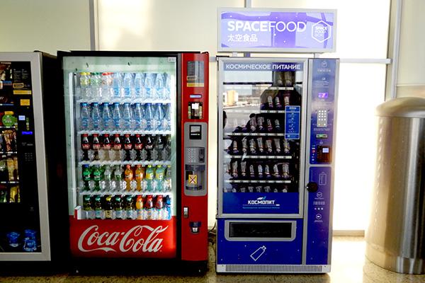 モスクワの空港でも買える。漢字で「大空食品」とあるのは中国語表記。
