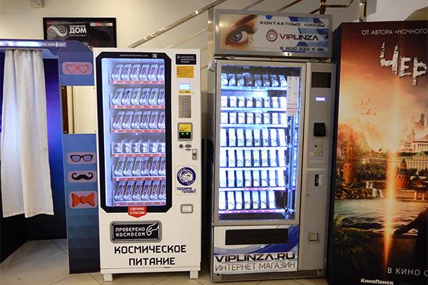 向かって一番左の簡易プリクラみたいな機械の隣にあるのが、宇宙食の自販機