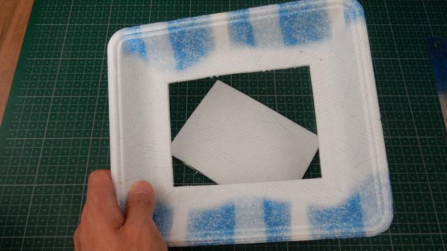このトレイの中央にポストカード大の穴を開け、