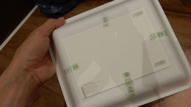 絵を、裏からテープで固定すると、