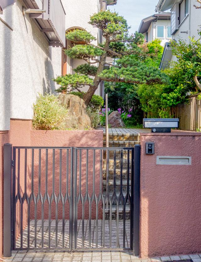 補強レスの作品もときおり見かける。門ではなく階段を上ったところに配置しているのもダイナミックでいい。