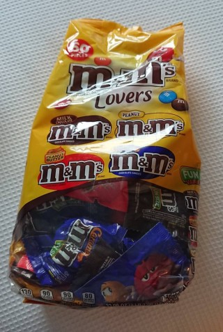 M&Mの60袋入り。パッケージには「M&M Lovers」の文字(写真提供:佐尾さん)