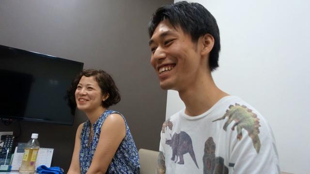 新里碧さん(左)とトルーさん(右)。新里さんは「知らない場所を地元のように感じる」で、当サイトでもイラストを描いている。