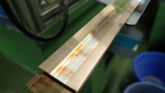 これがリードのもとになる金属板。真ん中で色が変わっているのは微妙に厚さを変えているから。