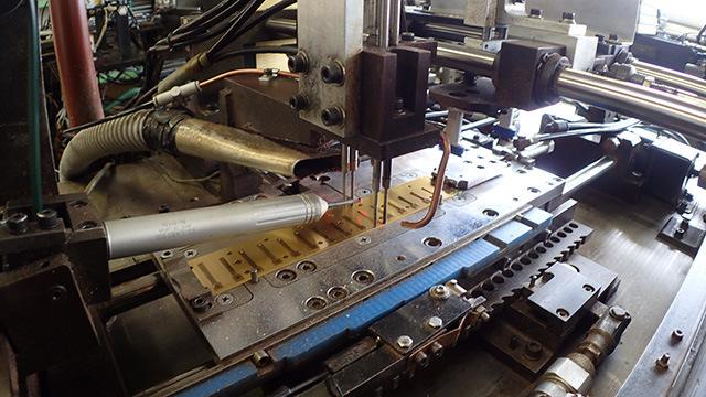 リードを機械的に振動させながらその振動数をレーザーで計測、振動数を合わせるよう厚さを削る機械。