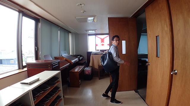 部屋に入りきらない楽器が廊下に置かれていたりする。
