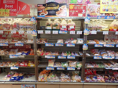 パンはもちろんヤマザキオンリー。オンリーだからこそ、スーパーなどではなかなか見かけないヤマザキの商品に出逢うことができる。