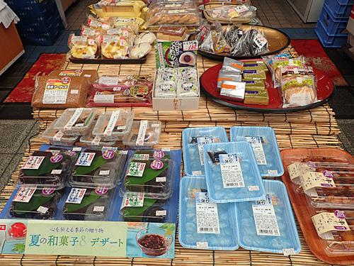 お年寄りが多いので、和菓子類も豊富に揃っている。