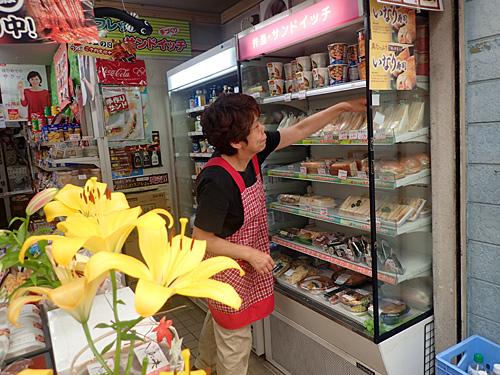 この商店街は本屋もおもちゃ屋も豆腐屋も消えたそうだが、ヤマザキショップは元気に営業中。