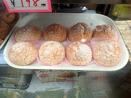 デイリーヤマザキやヤマザキショップでしか買えないクッキーシューやパイシューが人気商品だそうです。