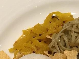マッルンは野菜を削りココナッツや香辛料と炒めたもの。この日はカレー味に炒めたダイコンのマッルン