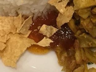 チャツネはアジア地域で広く食べられているソースだが味は多種多様。このお店ではピリ辛なチリソースのような味。