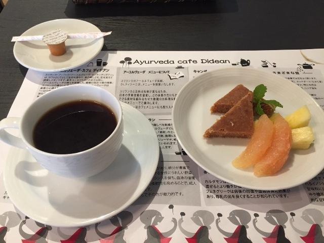 食後にはデザートとコーヒーも出してくれます