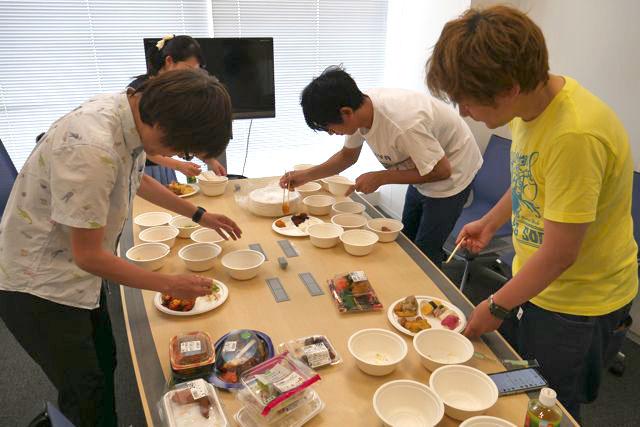それぞれ獲得した食べ物をお皿に並べていく