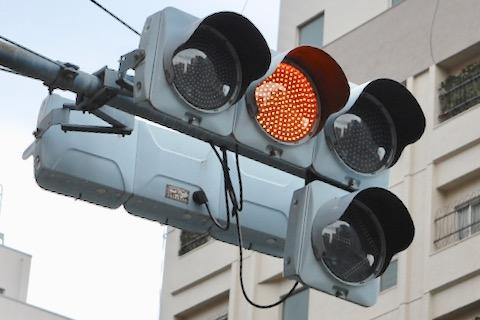 注意を表す信号灯。意味:注意。