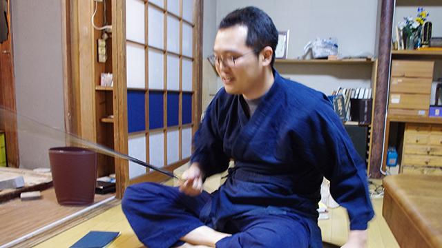 造作なく抜き取られた日本刀。