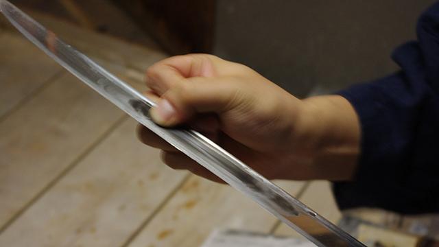 そして指に和紙を当て、地道に研ぐ。