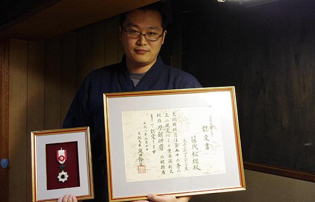 今は亡きお祖父さんの、国宝認定書と頂いた勲章。まだ道は長い。