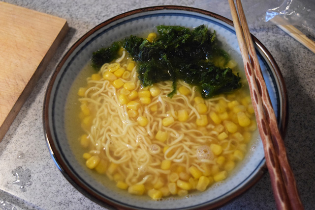 缶詰のコーンと一緒に麺を茹で、スープを溶いてあおさを乗っける。