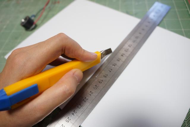 寸法測ってはカッターで筋を入れてパキッと折るお仕事。