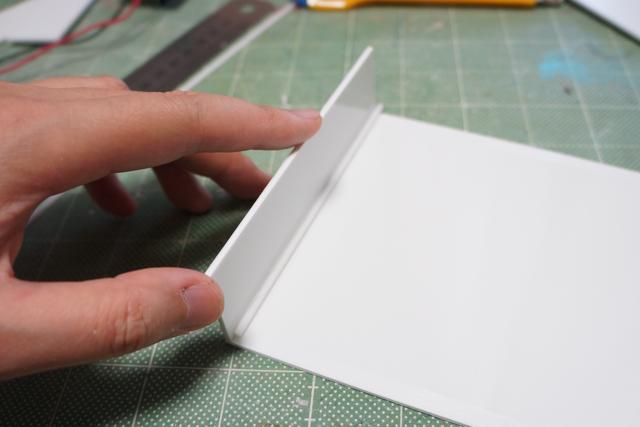 プラ板を強力接着剤でつなぎ、強化用角材をかます。