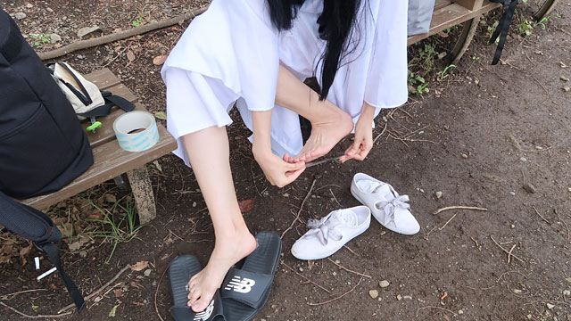 野外で裸足になるので、いろいろ考えた結果足の裏に100円ショップで買った透明のテープを貼った