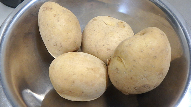 ジャガイモを色々加工すると容器とお菓子が作れます。