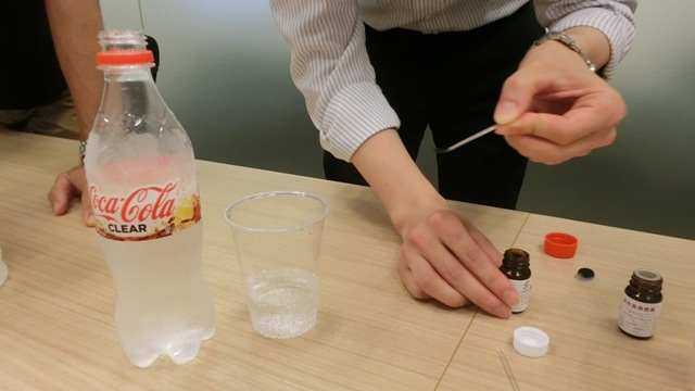 透明コーラの味を確認したところで、いよいよ食紅を投入