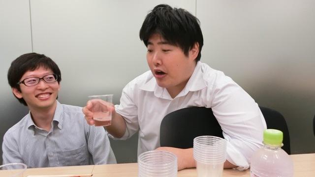 二つを飲み比べて思わず声に出して「びっくりした」と言ってしまう江ノ島さん