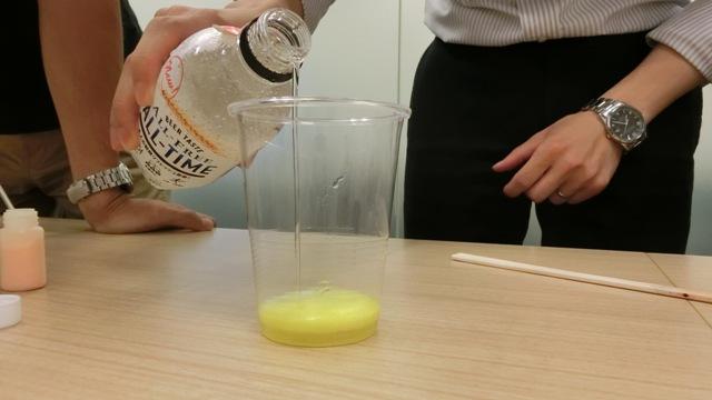 注いだそばから透明な水が黄色になっていくのは魔法っぽさがある