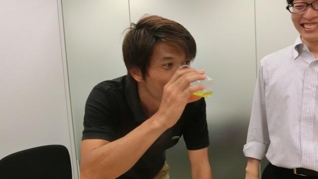 普段からノンアルコールビールを飲む安藤さんからテイスティング