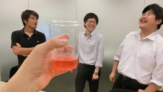 ひとつわかるのはこの赤く色をつけた飲み物が「トロピカル味」であるということ