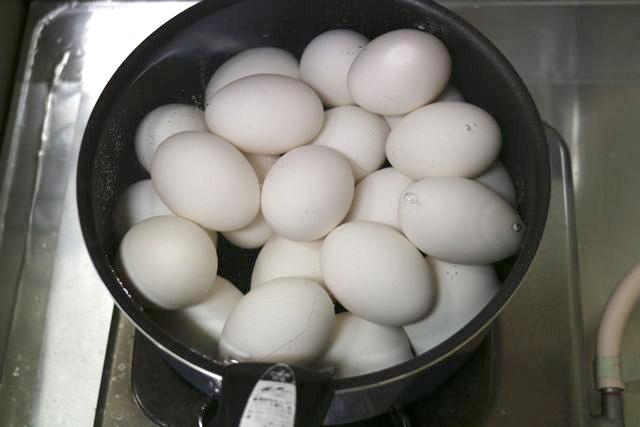 色々な煮玉子を作るに当たって自宅で大量にゆで卵を作った。コメダ珈琲でアルバイトをしていたことがあるので、早朝に一人でモーニングのゆで卵を大量に作っていたときのことを思い出した。