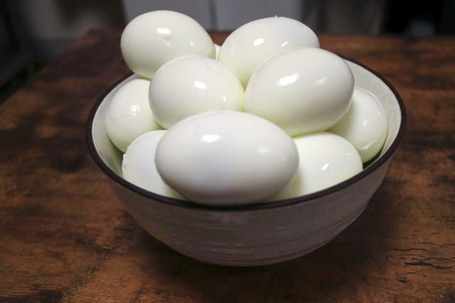 ゆで卵を丼に入れると「米粒が巨大化した!!」みたいな錯覚した感じになると思って興奮して写真を撮った。今見たら全然そんなことなかった。ただの卵だ。Twitterに投稿しても2イイねくらいだと思う。