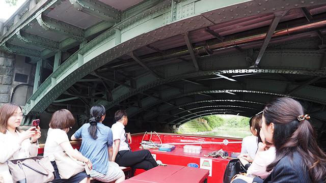 昭和10年完成、当時の姿を残す桜橋。上を路面電車が走る。