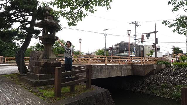 現在の舟橋と、江戸時代からある常夜灯。