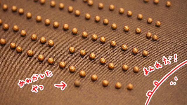 上に板を乗せ、均一の力で押し回して丸める。これを乾燥させると丸薬が完成。