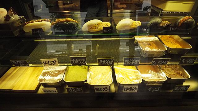 ナポリタンや豚生姜焼きなど、お惣菜系はほぼ売り切れ。甘いものは残っている