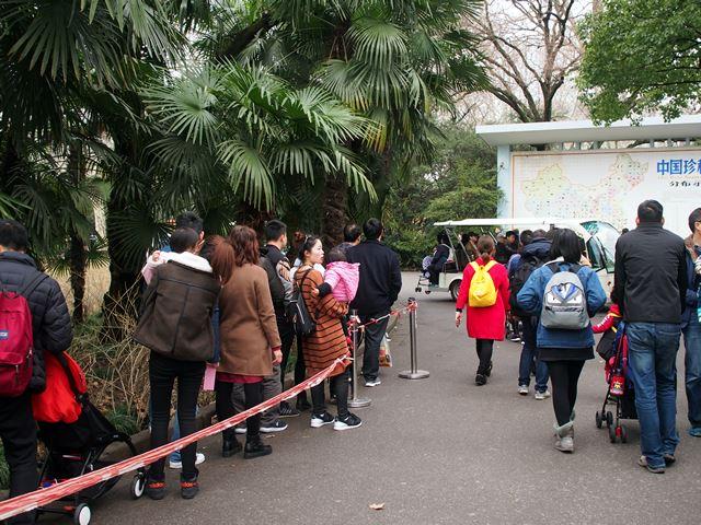 園内バス待ち、みんな歩きたくないらしい。