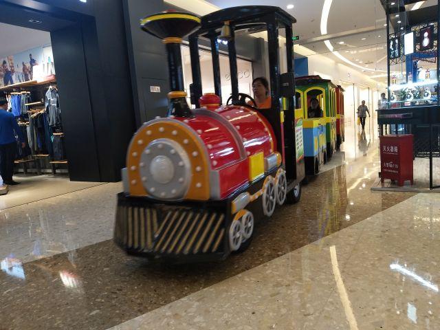 モールの中を走る機関車。親子連れに人気だ。
