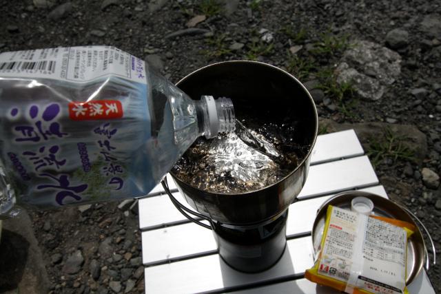 このキャンプ場は水道がないので、買ってきた水をドボドボ