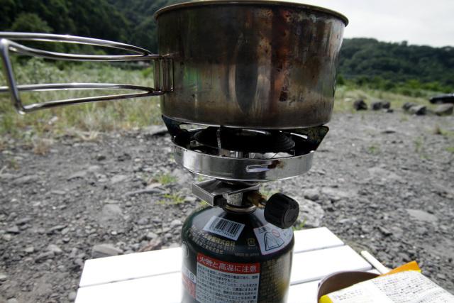 ストーブの火をつけるものの……たちまち炎が吹き飛んでしまう