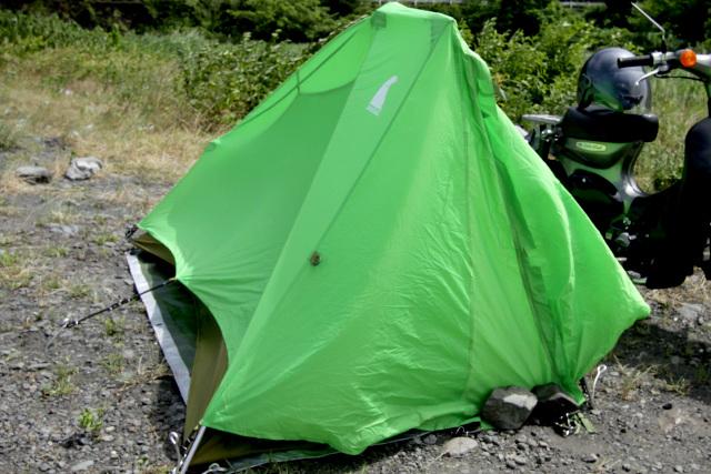 テントが風を一身に受け、フレームが歪んでしまいそうだ