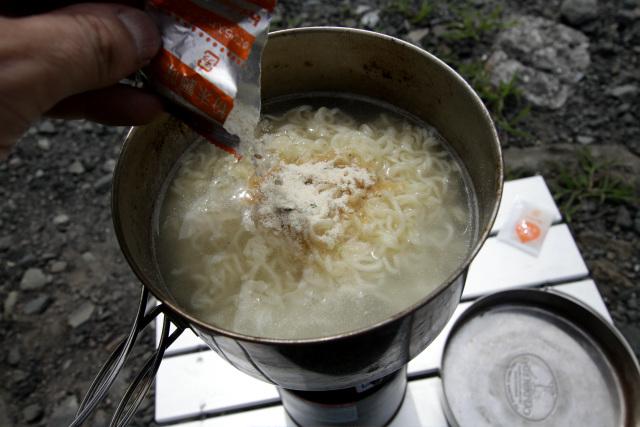 麺が茹で上がったら、火を止めて粉末スープを入れる