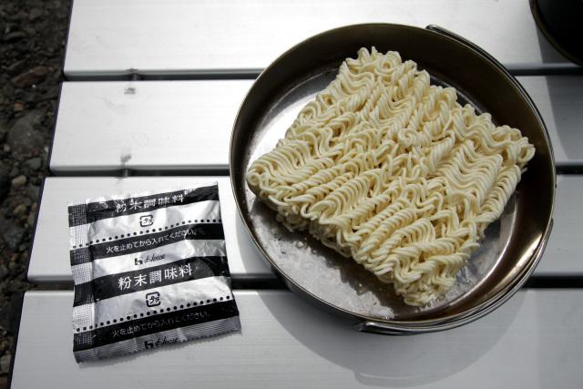 麺はオリジナルと同じだが、調味オイルが付いておらず粉末だけだ