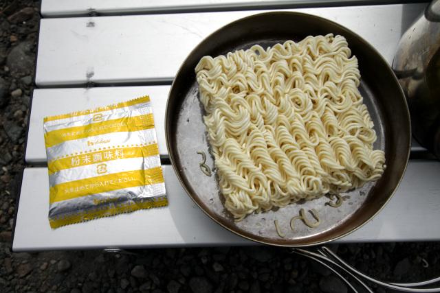 やはり麺はオリジナルと同じ、調味料は粉末だけでオイルはなし