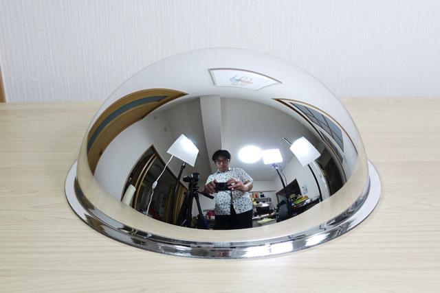 これが半球ミラー。説明のため撮っただけなのに、こうして部屋と自分がキレイに映り込んでしまう。半球ミラーの御前では、すべてをさらけ出す必要がある
