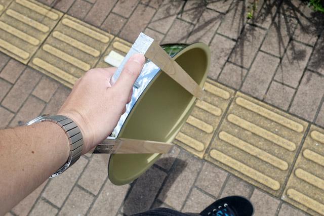 取っ手を付けることにより片手で掲げやすくなったと同時に、こうして持ち運びもしやすくなった。おそらく世界初のモバイル半球ミラーの誕生だ